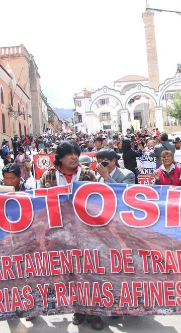 Comerciantes salen a calles para rechazar decreto 3050