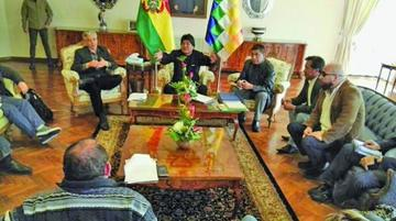 Definen estrategias en defensa de bolivianos detenidos en Chile