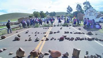 En Betanzos cierran el  camino Potosí - Sucre por demanda vecinal