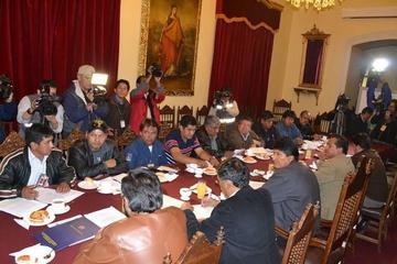 El Gobierno y la COB debaten el alza salarial el lunes 3 de abril