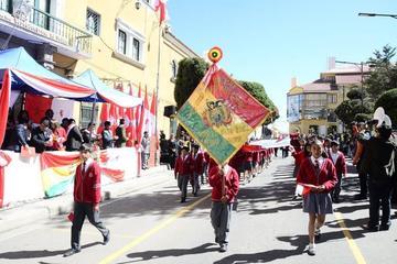 Alumnos de 1º y 2º de secundaria desfilan en homenaje a Potosí