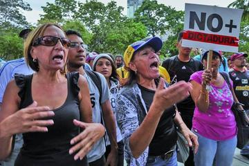 Población venezolana resiste el cierre del parlamento en calles