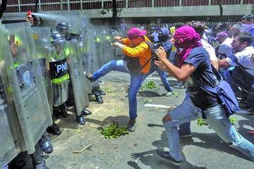 Los opositores marchan contra Maduro entre disparos y gases