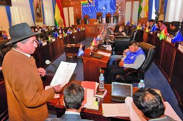 Exmagistrado Gualberto Cusi analiza irse del país