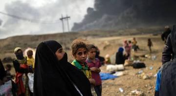 Civiles aislados en Mosul comen hierba y beben agua de la lluvia