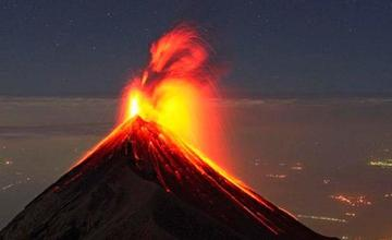 Declaran alerta naranja por erupción de volcán de Fuego en Guatemala