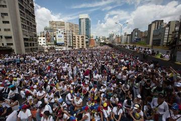 Mujeres marchan en Venezuela y el Papa pide buscar el diálogo