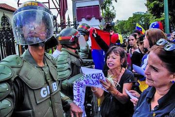 Oposición pide a los militares de Venezuela unirse a la lucha