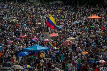 "Miles de venezolanos participan de un ""plantón""contra Maduro"
