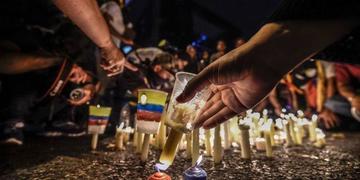 Con velas, opositores venezolanos honran a los fallecidos en protestas