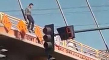 Un hombre se lanza desde lo alto del puente viaducto