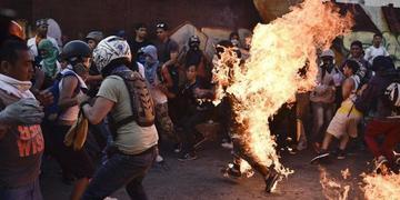 Opositores atacan, linchan y queman a un chavista