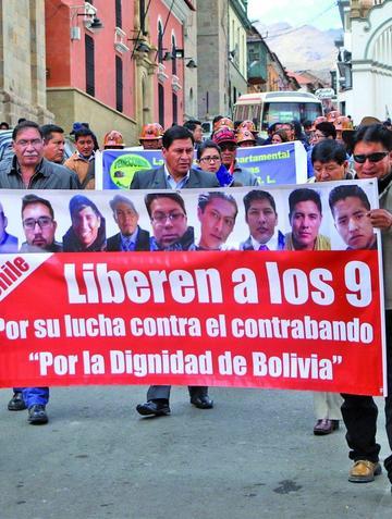 Marchan en demanda de la liberación de bolivianos