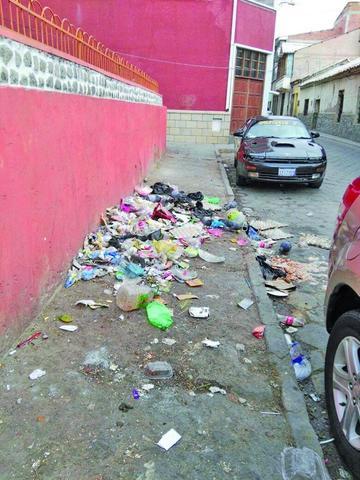 """Denuncian que algunos """"malos vecinos"""" dejan su basura en las calles"""