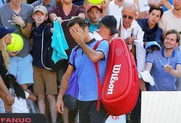 Federer cae en su retorno a las canchas