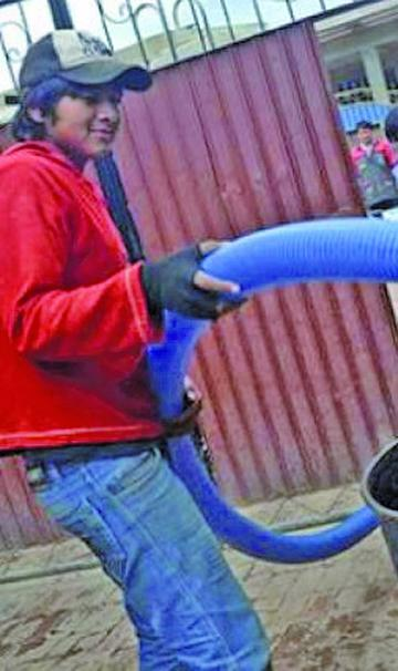 Alcaldía da sistema de bombeo de agua a las unidades educativas