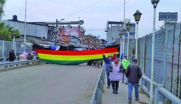 Los transportadores de mercadería bloquean el puente de Yacuiba
