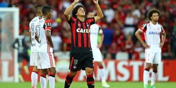 Flamengo vence por 2-1 a Coritiba