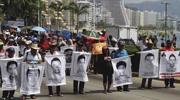 Tirotean bus de activistas que iban a marchar por 43 jóvenes de Ayotzinapa