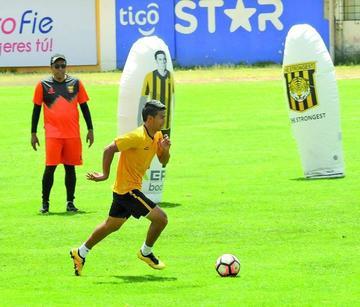 El técnico César Farías ensaya el once titular