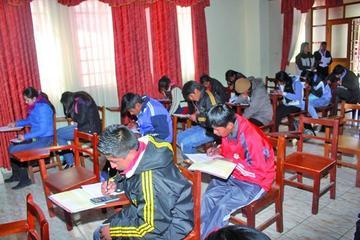 Estudiantes rinden las pruebas en las olimpiadas científicas para Potosí