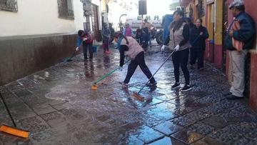 Emap asea calles y plazas  que estaban muy sucias