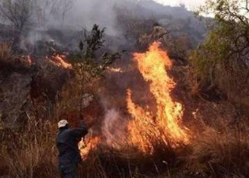 Confirman dos muertes y persiste el fuego en la serranía de Sama