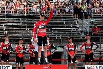 Dennis estrena el maillot rojo en la Vuelta a España