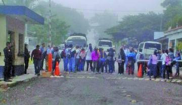 Maestros de Guatemala bloquean las fronteras con tres países
