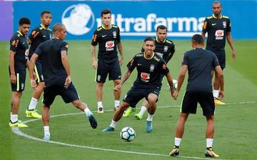 Brasil entrena con equipo completo