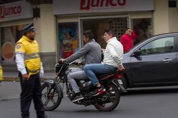 Proponen prohibir a hombres ir juntos en una moto en Perú
