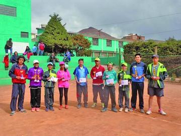 Tenistas ganan y suman puntos en el torneo nacional G3 Potosí 2017