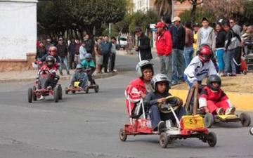 Alistan carrera de coches sin motor