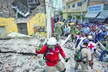 Continúa el rescate de víctimas tras fuerte terremoto en México