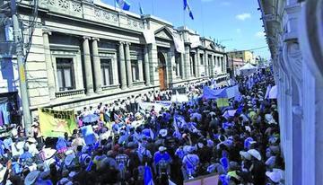 Miles de guatemaltecos piden renuncia del presidente Morales