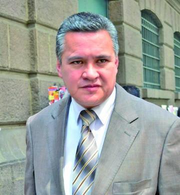 """Acusan a León de recibir dinero para hacer """"campaña política"""""""