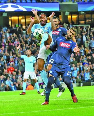 Manchester City sufre para ganar a Nápoles