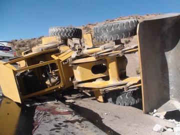 Tractor vuelca en la vía Potosí-Uyuni
