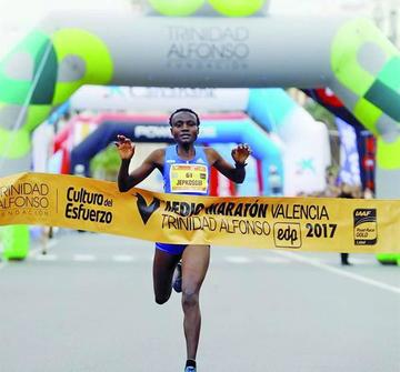 Keniana Jepkosgei bate récord mundial