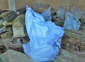 Los restos humanos son puestos en bolsas