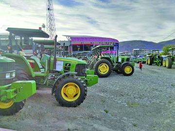 Morales entrega a dos tractores en los 40 municipios de Potosí