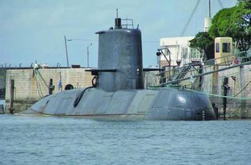 Dos aviones y tres buques buscan submarino argentino