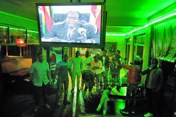 Crece presión política para que  presidente de Zimbabue dimita