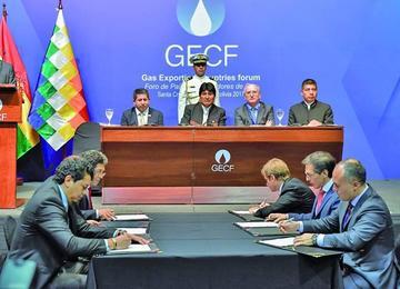 Bolivia suscribe contratos por $ 1.582 millones con 6 petroleras