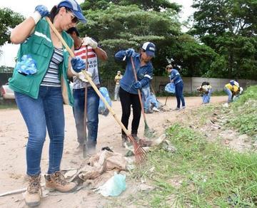 Funcionarios limpian los accesos al rio Piraí