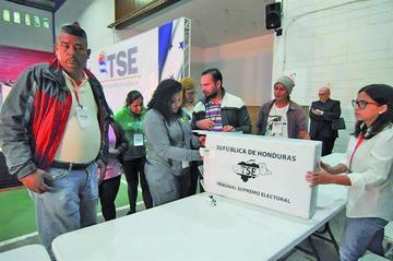 Nasralla y Hernández insisten en su victoria electoral en Honduras