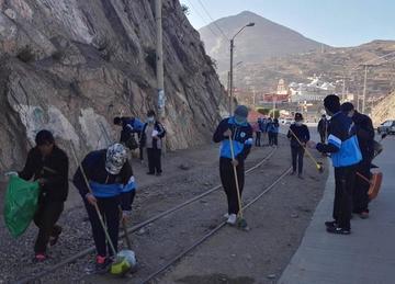Bachilleres del Franciscano levantan escobas para asear