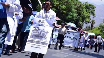 Gobierno y médicos mantienen posiciones y persiste la huelga