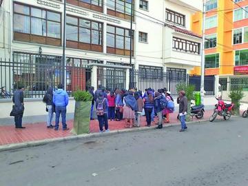 Cívicos pidieron libros para el revocatorio de mandato