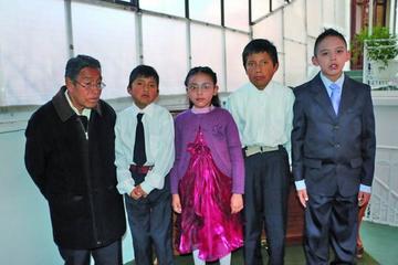 Niños brindan un recital de piano